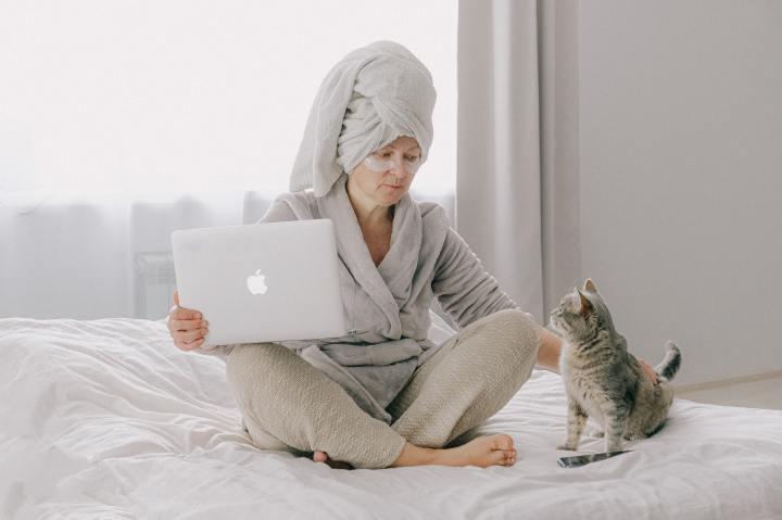 "Ask a Cat Mom: ""should I give my cat abath?"""